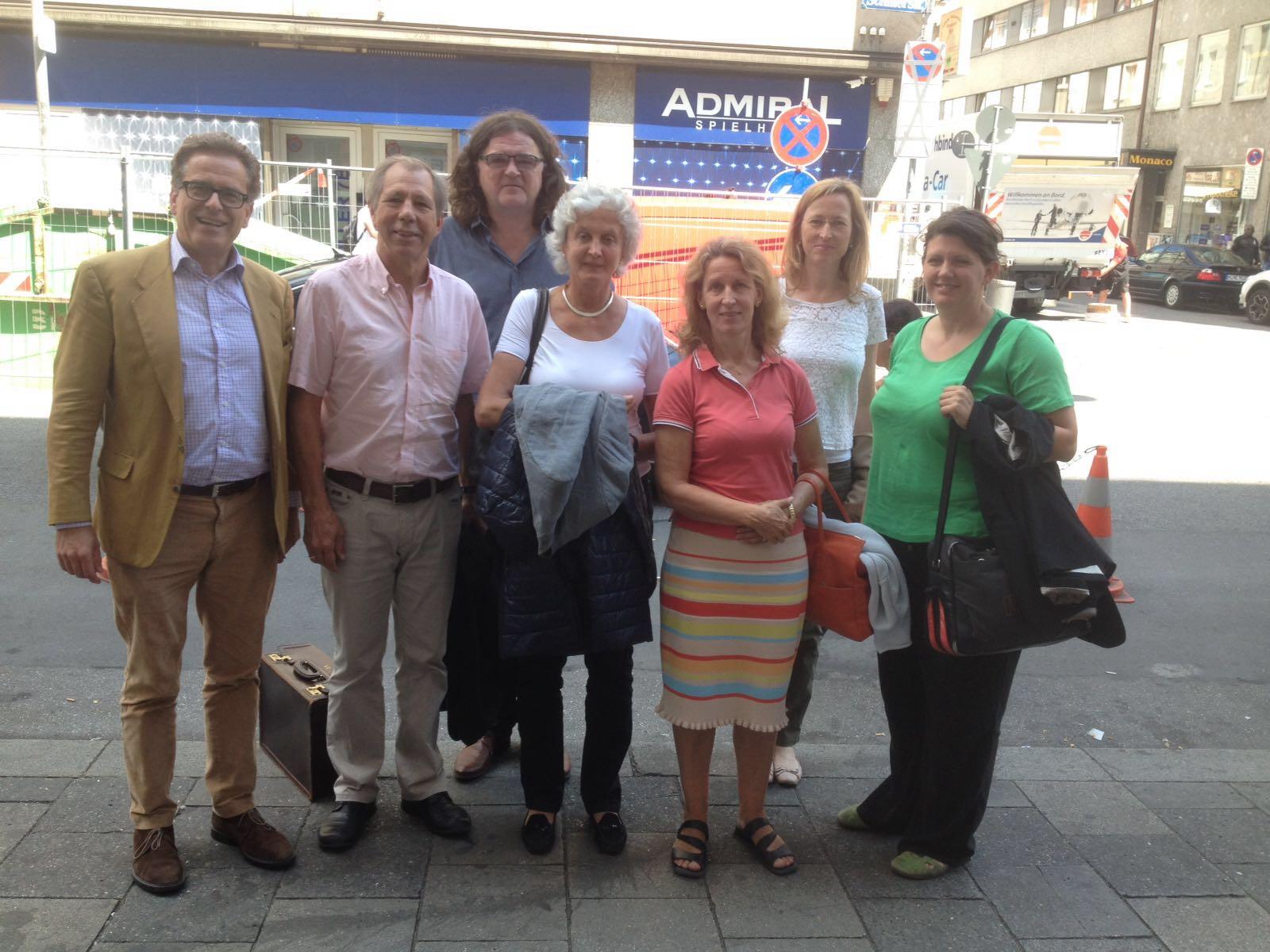 von links nach rechts: Christoph Ferch, Cyriak Schwaighofer, Michael Stenger (der Gründer der SchlaU Schule), Sirikit Reuchlin, Barbara Engländer, Alexandra Michal, Barbara Sieberth